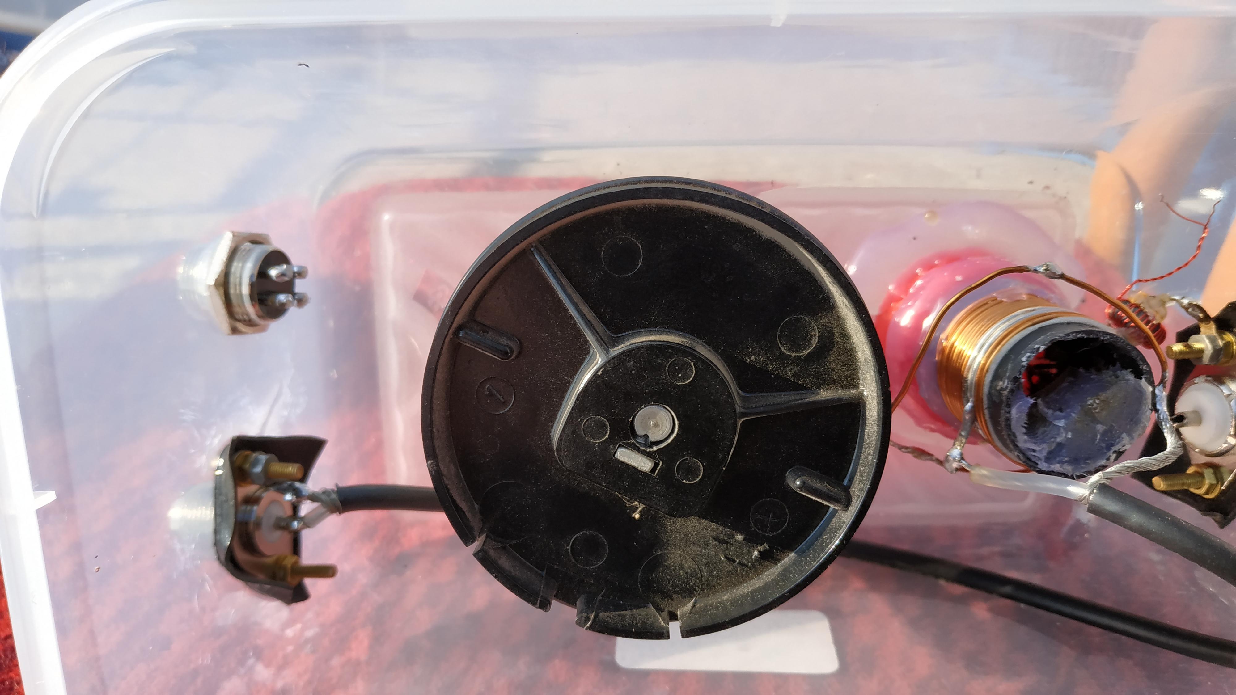 Pohľad na ladiaci kondenzátor a cievku